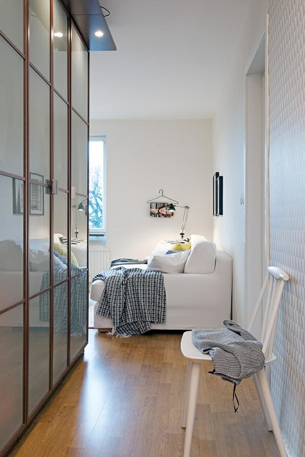 helles gemütlich möbliertes apartment sofa eingebaut schrank glas