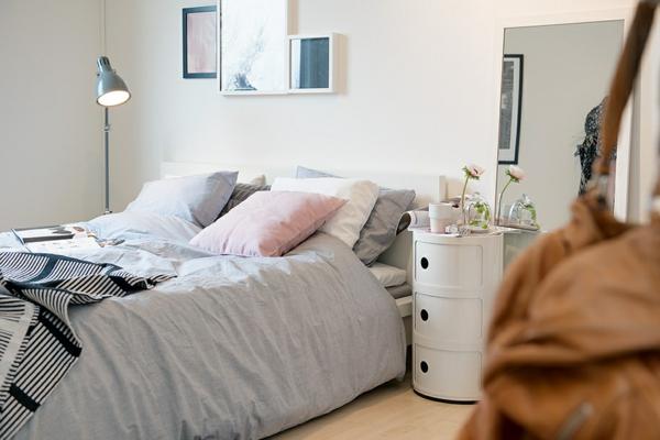 helles gemütlich möbliertes apartment stehlampe bettwäsche