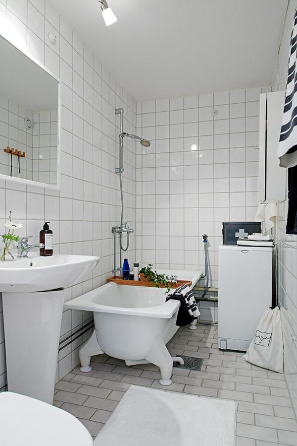 helles gemütlich möbliertes apartment weiß fliesen badezimmer