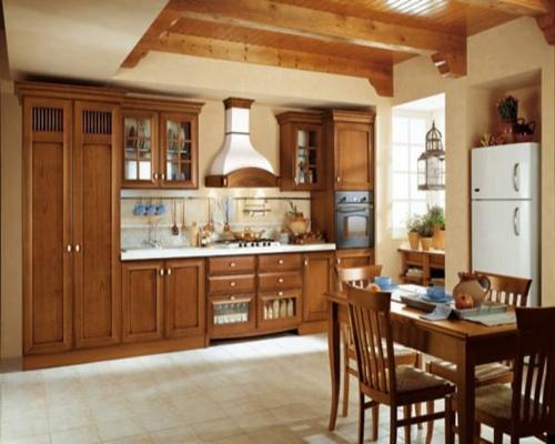 holz küchenschränke esstisch stühle kühlschrank