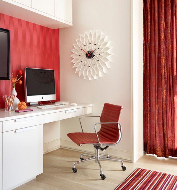 homeoffice weiß rot einrichtung tisch stuhl wanduhr blume gardinen