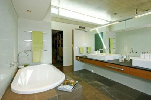 indirekt beleuchtung eingebaut badewanne tücher schiene fliesen