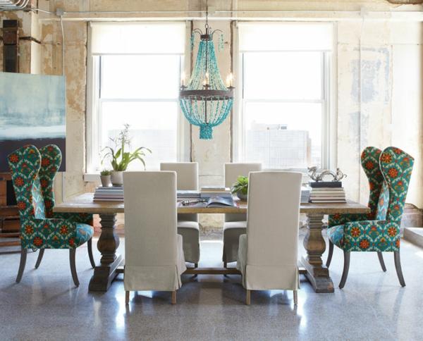 interior design mythen bunt gemusterte essstühle und kronleuchter mit perlen in türkis