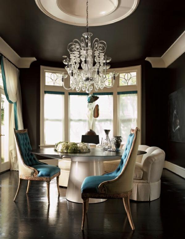 interior design mythen kristallkronleuchter himmelblau gepolsterte sessel