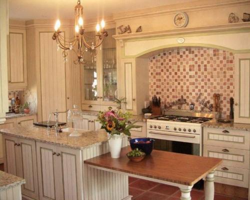 küche weiß fliesen holz möbel tisch vase kronleuchter