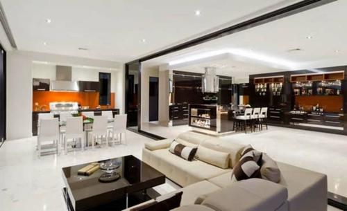 küche weiß möbel orange küchenspiegel arbeitsplatte wohnbereich