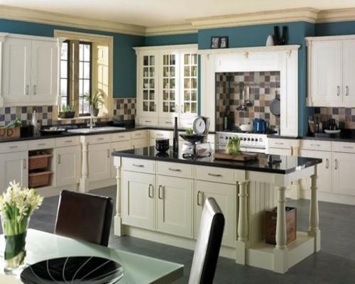küchenarbeitsplatten blau wand bemalt stühle tisch blumenvase
