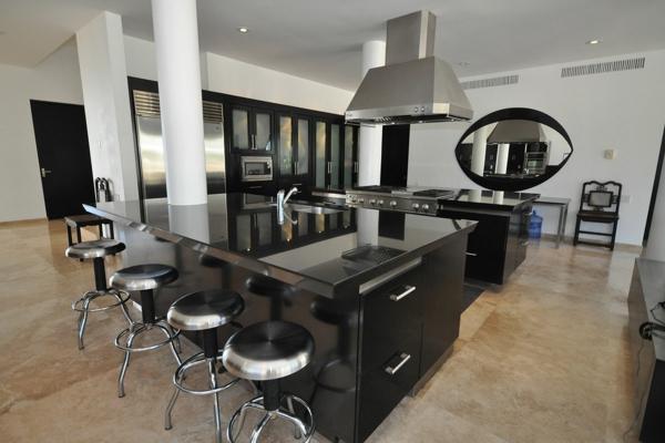 kücheninsel design ideen klassisch schwarz weiß und runde metall barstühle