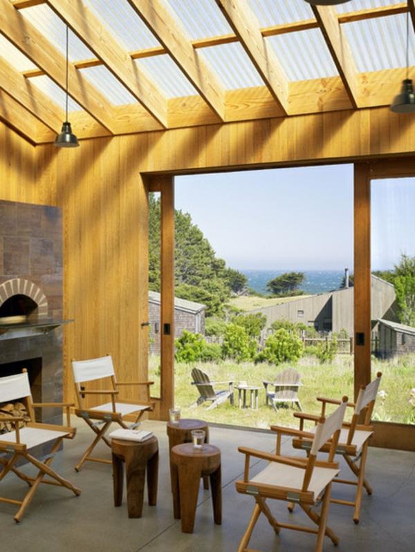 klappstuhl im sommer aus hellemholz mit weißem stoff vor dem kamin