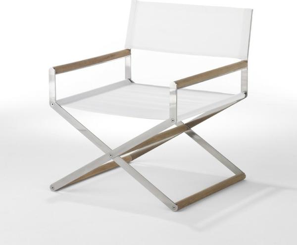 klappstuhl im sommer in weiß minimalistisches design