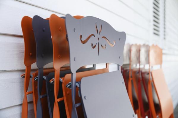klappstuhl im sommer mit filigranen ornamenten