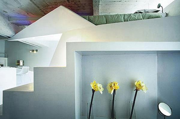 kleines designer apartment treppe blumenvasen gelb blüten