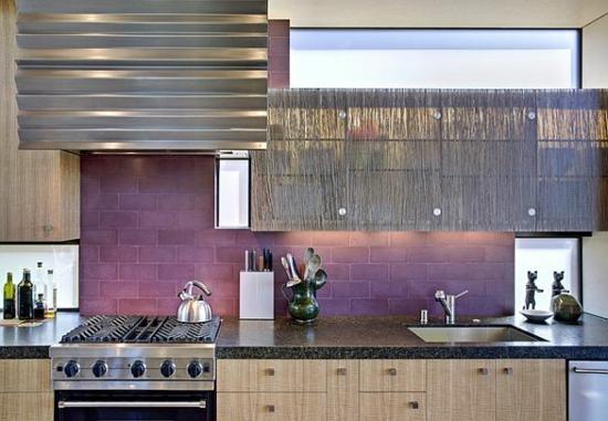 lila farbpalette in der küche glanzvoll küchenfliesen rückwand kochherd