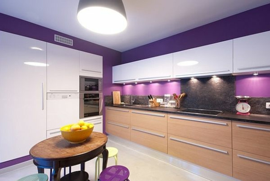 lila farbpalette in der küche küchenrückwand schrank holz
