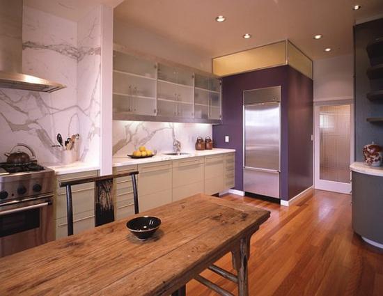 lila farbpalette in der küche massiv holz esstisch wandregale glas
