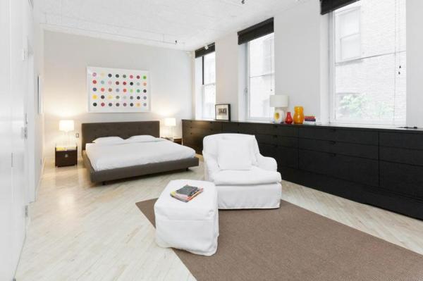 Schickes SoHo Loft Design mit schwarzweißem Interieur