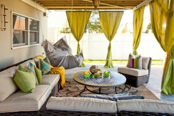 lounge terrasse wie im boutique hotel rattan sitzmöbel grüngelbe gardinen