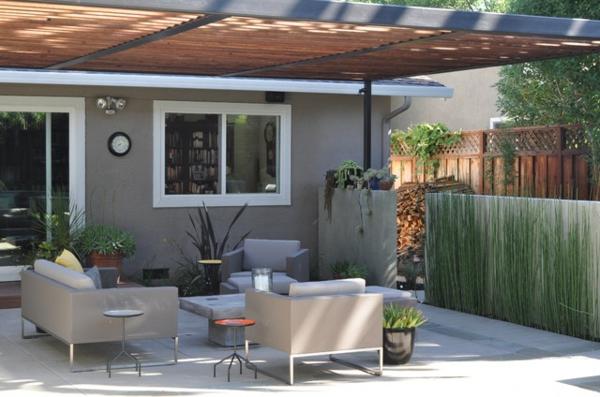 lounge terrasse wie im boutique hotel weiße quadratische möbel mit sichtschutz