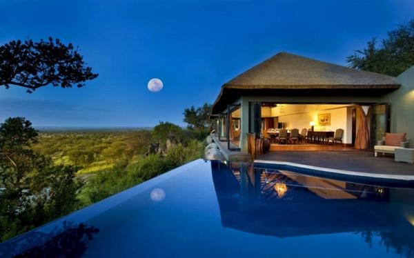luxus lodge geräumiger pool romantisch am abend