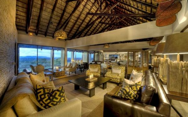 luxus lodge komfortables ledersofa massive hölzerne balken an der decke