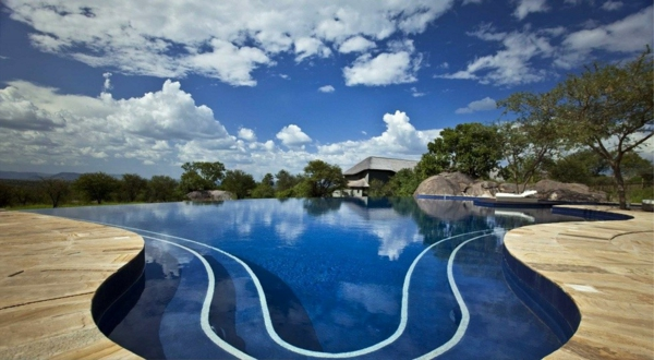 luxus lodge ovales design üppige vegetation steiniger bodenbelag