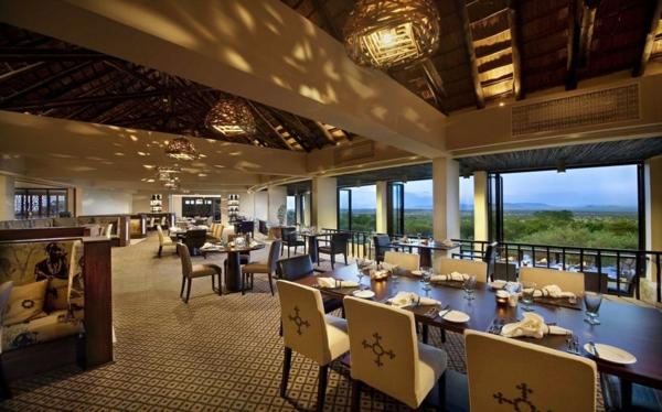 luxus gästehaus pädellampen aus verflochtene zweigen stühle mit kreuzornamenten
