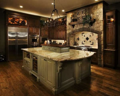 massiv-möbel-gestaltung-küche-steinwand-kronleuchter