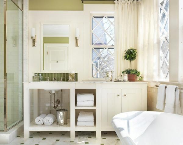 mehr stauraum im badezimmer regale und großer schrank alles in weiß