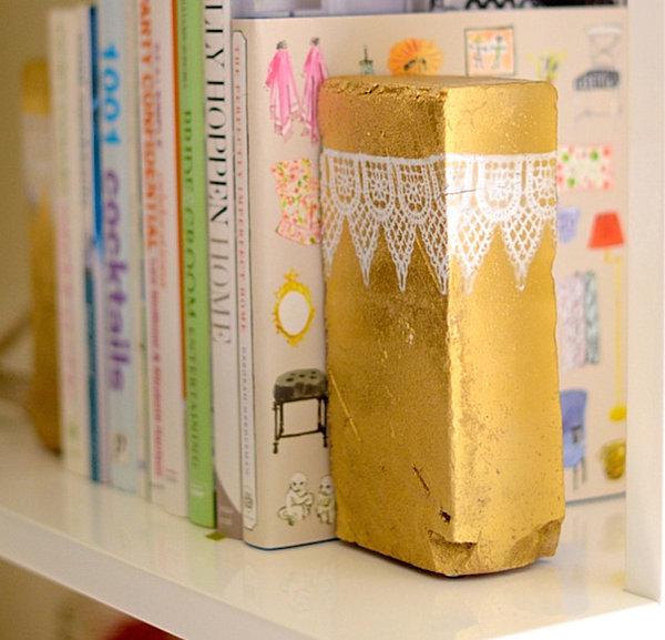 metallglanz bei interior design goldene bücherstütze