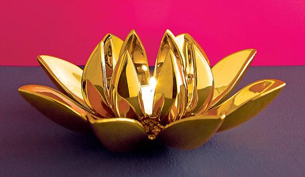 metallglanz bei interior design goldener kerzenhalter in form eines lotuses