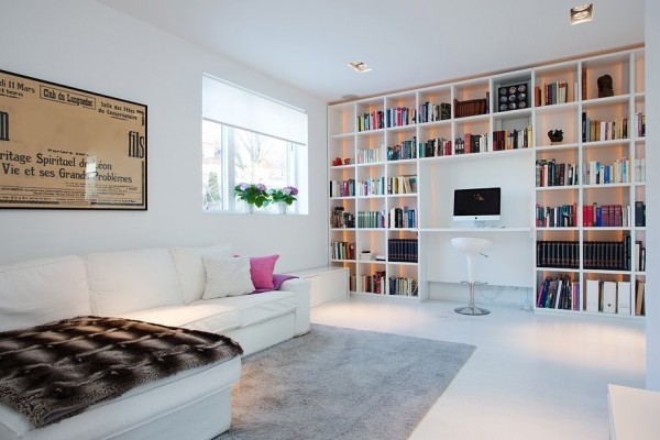moderne schwedische villa bücherregale wand sofa