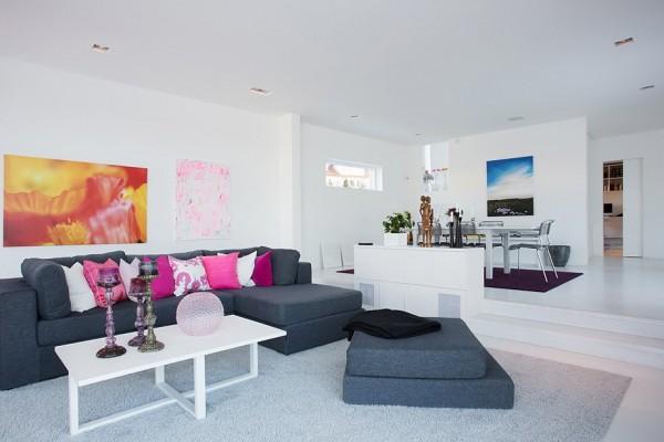 moderne schwedische villa weiß couchtisch ecksofa kissen