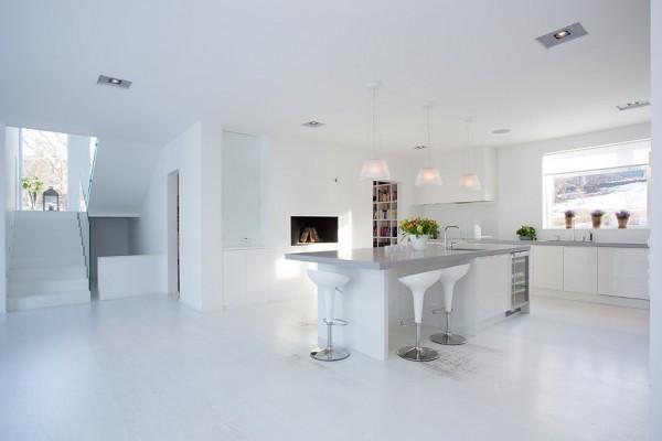 Strahlend weiße Küche und Essbereich – Grau-weiße Farbpalette