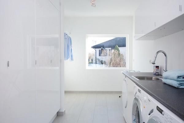moderne schwedische villa weiß wand badezimmer