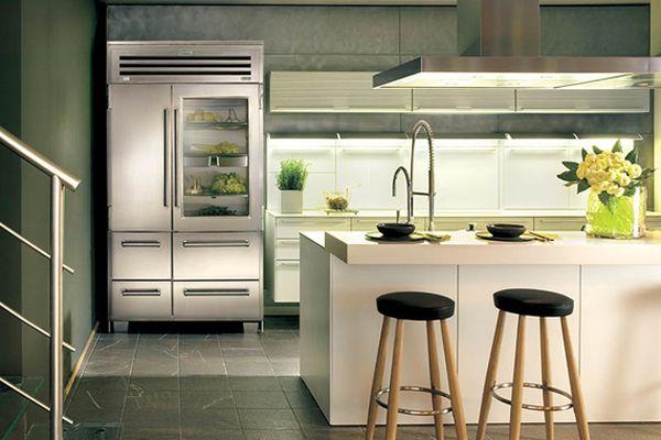 moderner kühlschrank mit glastür barhocker