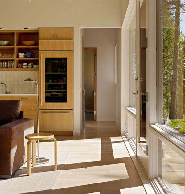 moderner kühlschrank mit glastür fenster sonne hocker stehlampe