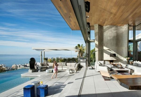 opulente moderne residenz grau beton fliesen außenbereich holz