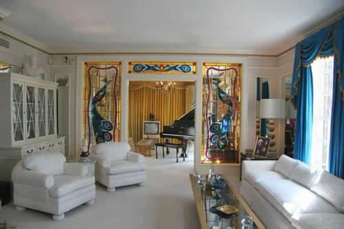 orientalisch einrichtung wohnzimmer idee weiß sofas gardinen blau