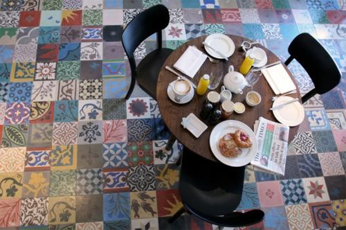 patchwork fliesen designs fußboden holz tisch frühstück
