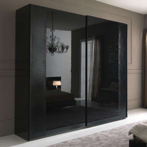 perfekte kleiderschränke in schwarz kronleuchter und bett gespiegelt von rossetto