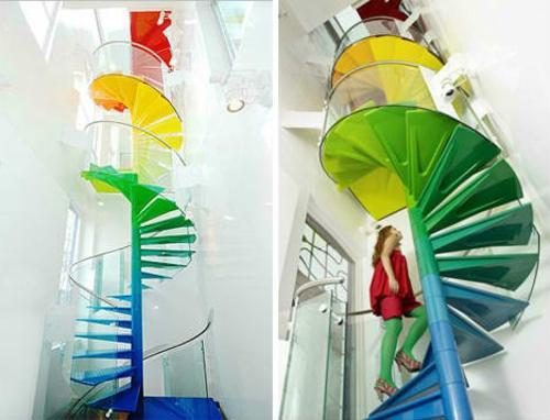 private spielplätze bunte gewundene treppe mit viel glas