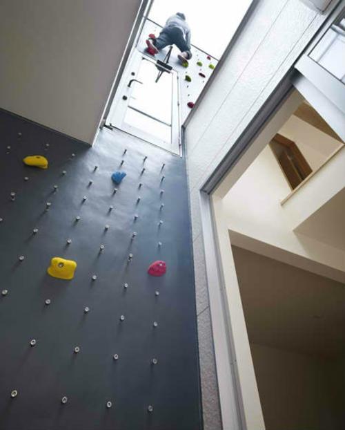 private spielplätze kletterwand für innen und drausen