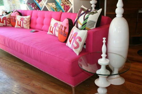 rosa sofa room service kisssen nebentisch glas platte