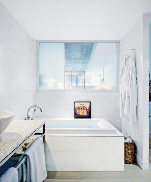 ruhiges cooles haus design badezimmer weiß spiegel waschbecken