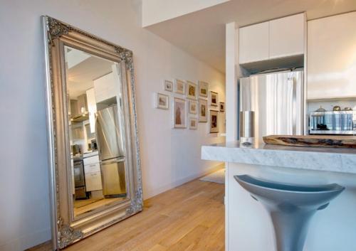 ruhiges cooles haus design großer spiegel flur küchenbereich