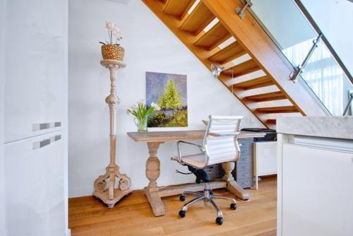 ruhiges cooles haus design rustikal stehlampe klassisch ornamente treppe
