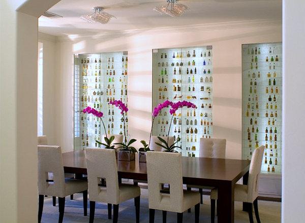 sammlung mit flair gläserne schaufenster voll von kleinen fläschchen und violette orchideen