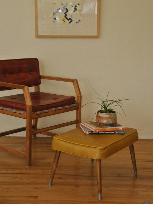 schicke vintage möbelbeine leder sessel und hocker in rot und gelb