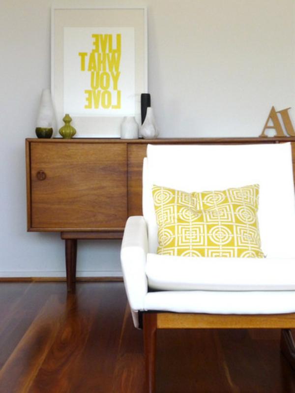 schicke vintage möbelbeine retrokommode und sessel neongelbe akzente