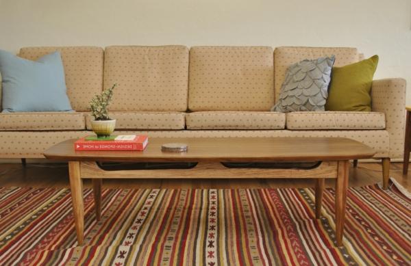 schicke vintage möbelbeine tribal gestreifter teppich couchtisch helles holz